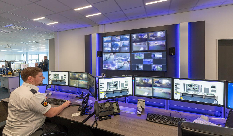 JST-Referenz Polizei Bremen Videoleitstelle: Höhenverstellung am Leitwarten-Tisch in Sitzhöhe