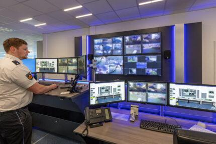 JST-Referenz Polizei Bremen Videoleitstelle: Höhenverstellung am Leitwarten-Tisch in Stehhöhe