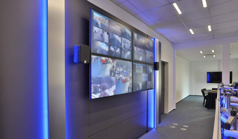 JST-Referenz Polizei Bremen Videoleitstelle: Videowall in der Leitwarte mit Großbildmonitor