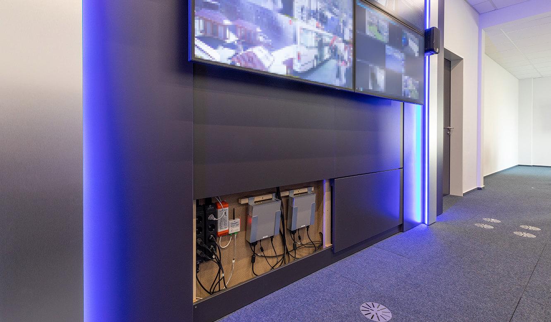 JST-Referenz Polizei Bremen Videoleitstelle: multifunktionale Verkleidung der Videowall im Leitstand