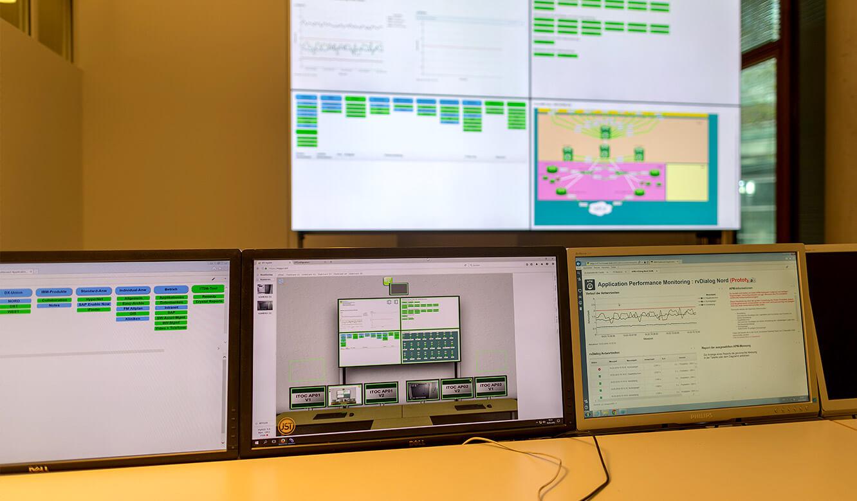JST - Überwachung im IT-Leitstand NOW-IT - Arbeitsplatz-Monitore mit Bedienoberfläche zur Steuerung der Großbildwand