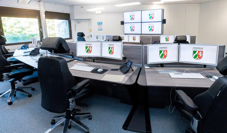 JST Rechenzentrum Finanzverwaltung NRW: Leitstand. Höhenverstellbare Arbeitstische im Kontrollraum