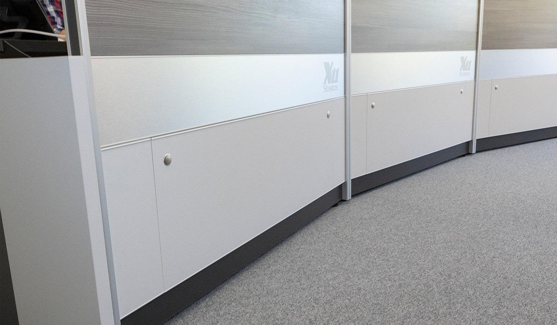 JST Rechenzentrum Finanzverwaltung NRW: Leitstand. Leitwarten-Arbeitstische mit großem Versorgungsraum für die Technik