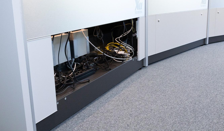 JST Rechenzentrum Finanzverwaltung NRW: Leitstand. Beleuchteter Versorgungsraum im Leitwarten-Arbeitstisch