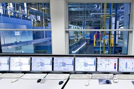 JST - BMW Werk Dingolfing: zentrale Energiewarte. Blickaus der Warte in die Werkhallen