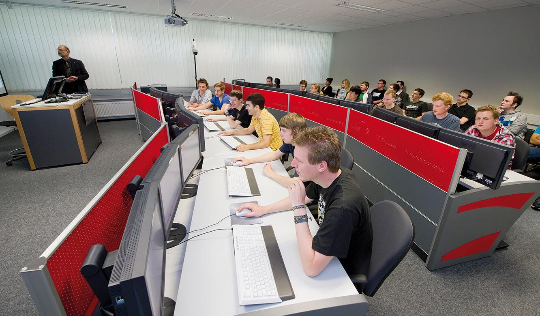 JST - DHBW Mannheim: Leitwarte. Informationen direkt von der Großbildwand am Arbeitsplatz-Monitor