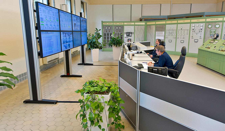 JST Referenzen - EnBW Leitwarte: Grossbildwand und Operator-Tische. Seitenansicht.