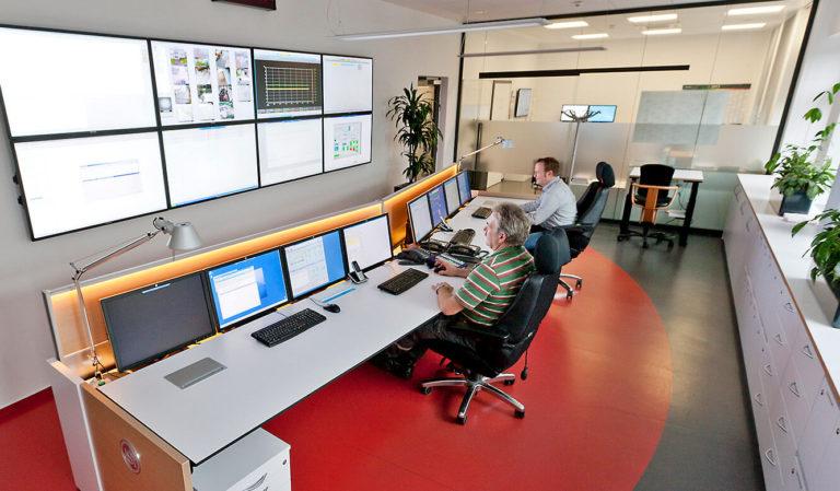 JST Referenzen - Energieservice Westfalen Weser - Operator-Tisch. Stufenlose Höhenverstellung mit Elektromotor