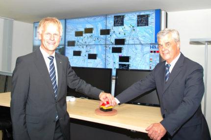 Jens Meier (HPA-Geschäftsführer) und Frank Horch (Wirtschaftssenator von Hamburg) geben den Startschuss für den Betrieb des neuen Verkehrsinformationssystems
