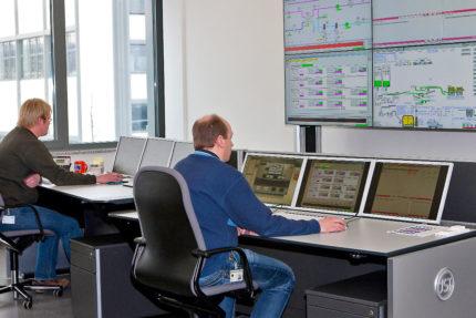 JST-Phoenix Contact: moderner Leitstand zur Überwachung der Gebäudetechnik-Prozesse