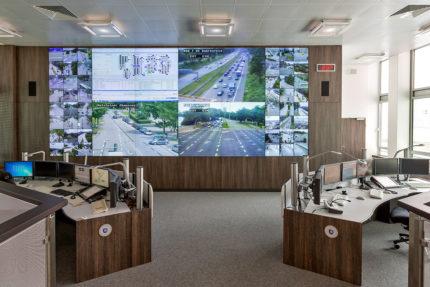 JST - Polizei Hamburg: Verkehrsleitzentrale. Großbildwand und Operator-Tische