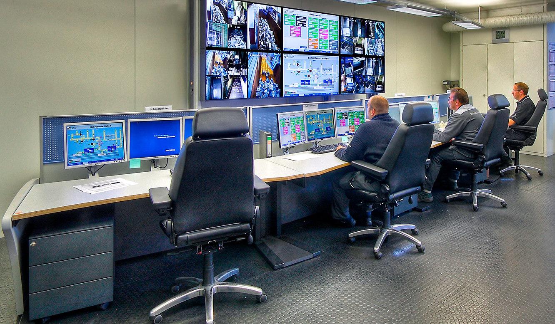 JST - Daimler Bremen: Produktionswarte. Operatoren vor der Großbildwand