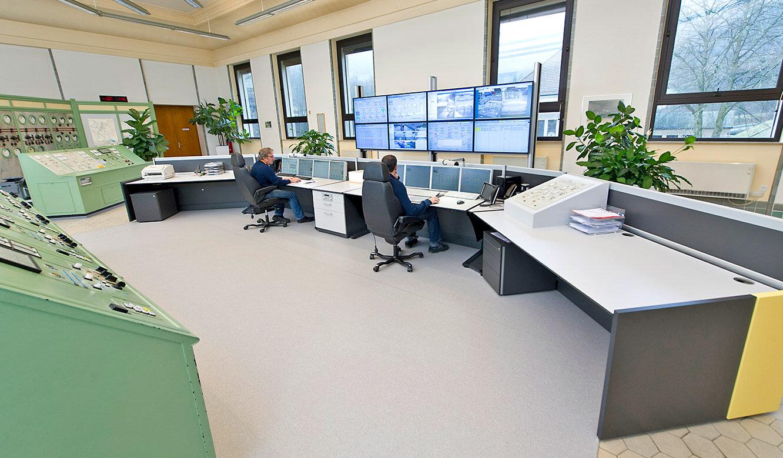 JST Referenzen - EnBW Leitwarte: Operatoren an den Leitwartentischen