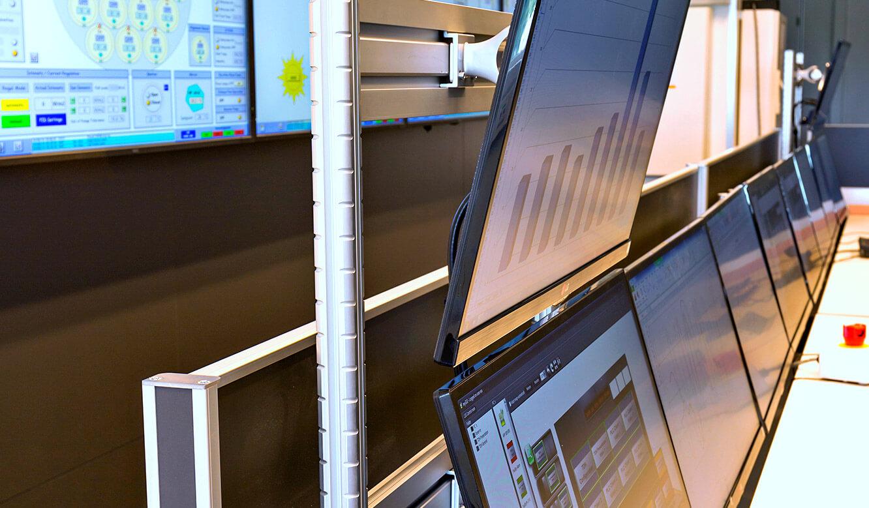 JST - European Space Agency (ESA): Kontrollraum. Arbeitsplatz-Monitore ergonomisch angebracht