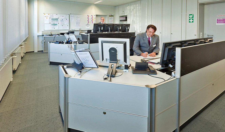 JST - Evonik Essen: Sicherheitszentrale. Ergonomische Operator-Plätze
