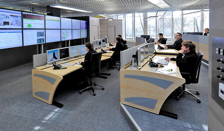 JST - Flughafen München IT-Leitstand: Mitarbeiter an den Operator-Plätzen