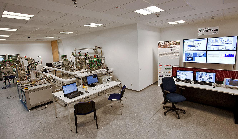 JST - OWL Hochschule: Leitstand in der Lemgoer Modellfabrik