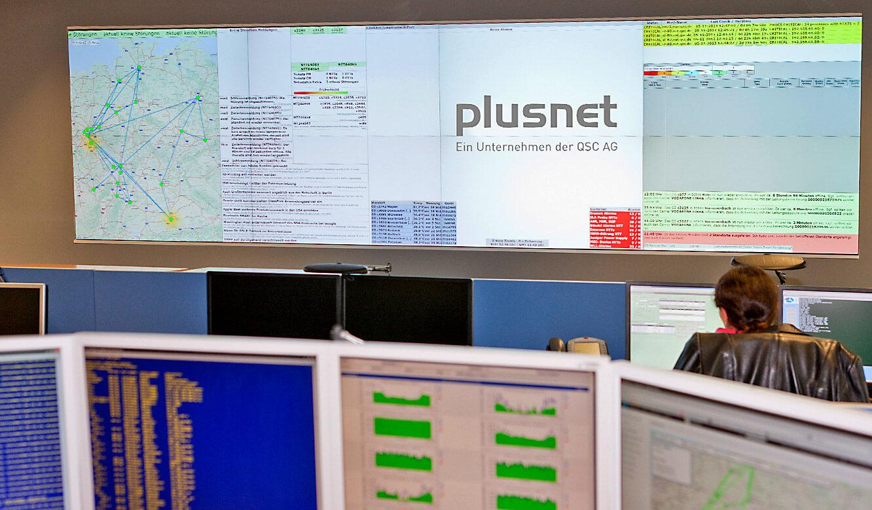 JST-Plusnet: Kontrollraum. Blick auf die neue Cube-Großbildwand