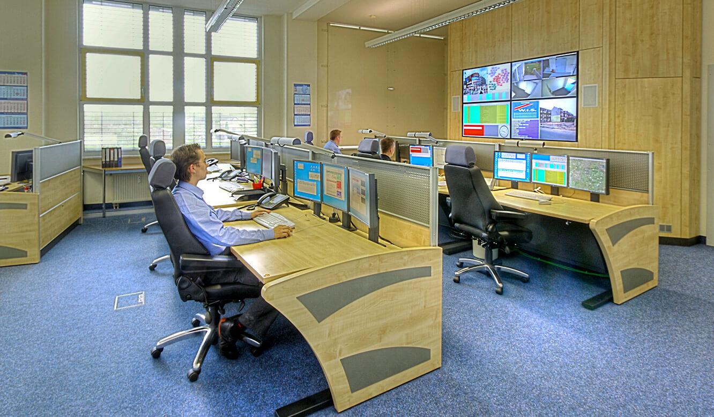 JST Referenzen - W.I.S. Security Halle - Sicherheitszentrale. Operator-Tische und Großbildwand
