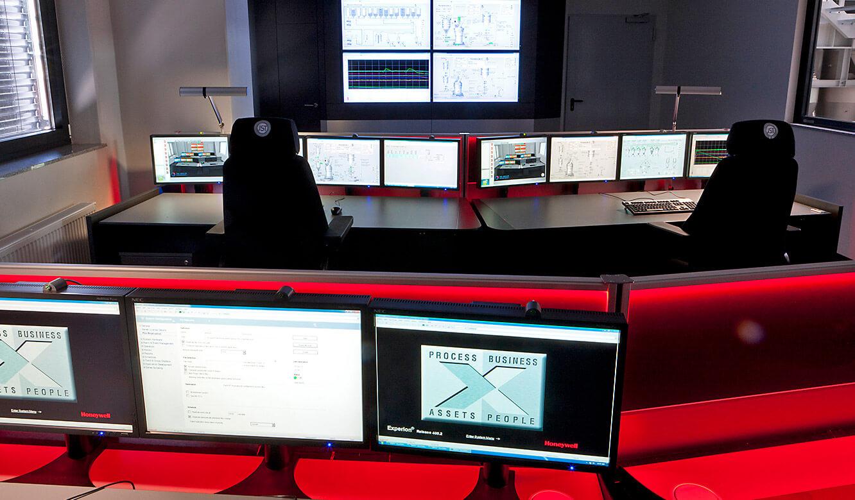 JST-SGL Carbon Group: Leitstand. AmbientLight schafft besondere Atmosphäre im Kontrollraum