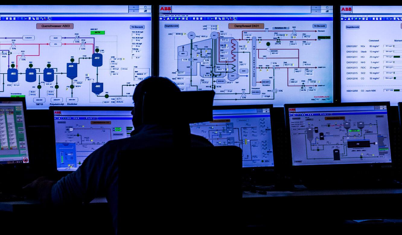 JST-Valorec: Leitwarte. Mitarbeiter vor der Großbildwand