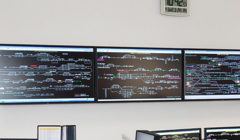 JST - Verkehrsgesellschaft Görlitz: Betriebsleitzentrale. Monitore der Großbildwand