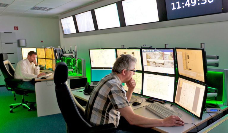 JST - Verkehrszentrale NRW: Kontrollraum. Operator am Arbeitsplatz