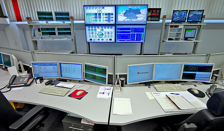 JST - W&W Informatik Ludwigsburg: Operator-Plätze vor der Großbildwand