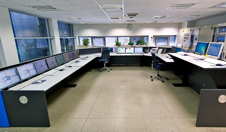 JST - BMW Werk Dingolfing: zentrale Energiewarte. Ergonomische Operator-Plätze