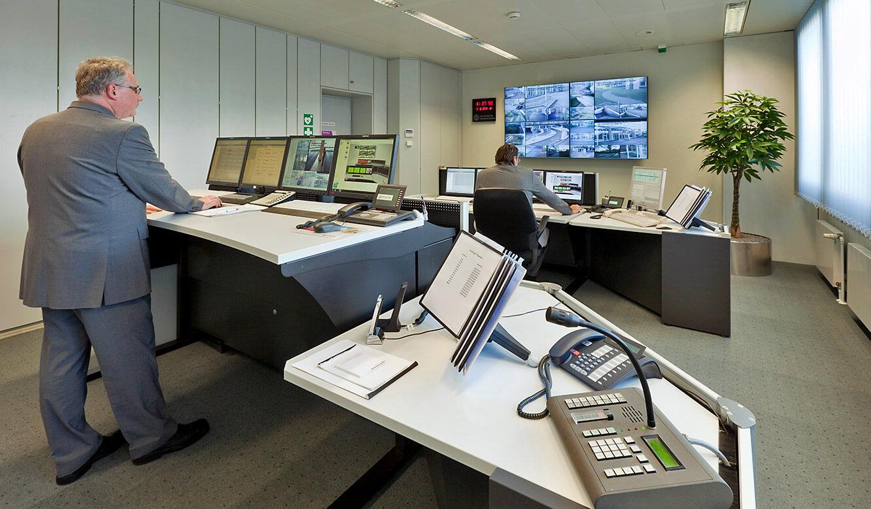 JST - Evonik Essen: Sicherheitszentrale. Höhenverstellbare Operator-Tische.