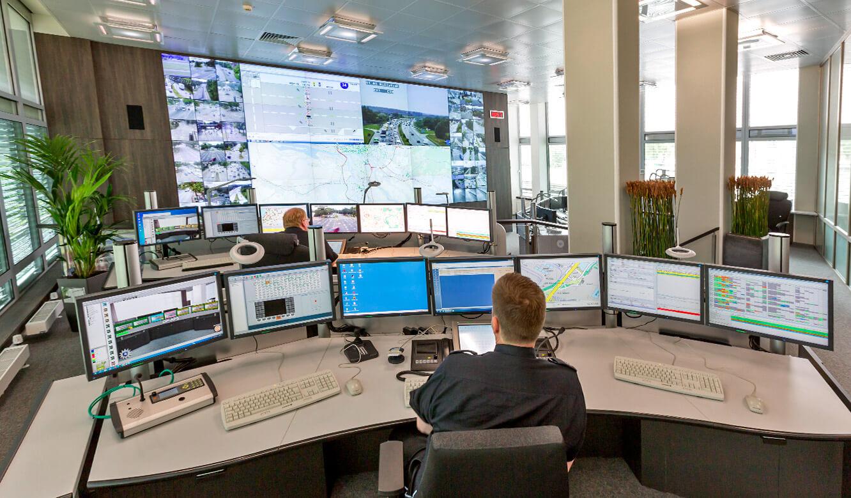 JST - Polizei Hamburg: Verkehrsleitzentrale. Optimale Sicht auf die Großbildwand