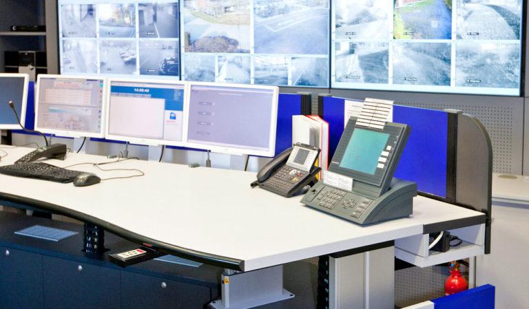 JST - Versicherungsunternehmen Köln: Kontrollraum. Ergonomischer Leitwartentisch