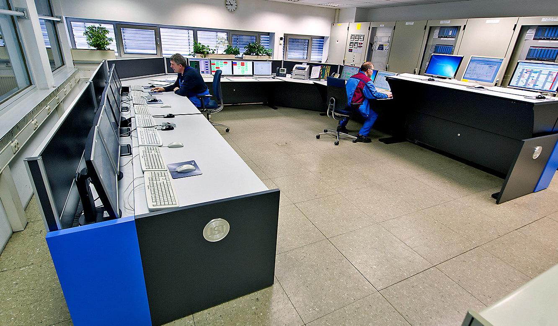 JST - BMW Werk Dingolfing: zentrale Energiewarte. Die Mitarbeiter überwachen Systeme