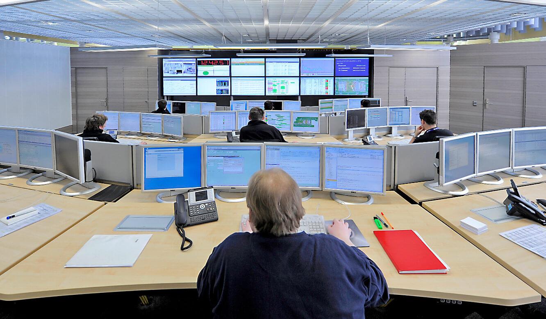 JST - Flughafen München IT-Leitstand: Blick vom Operator-Desc auf die Großbildwand