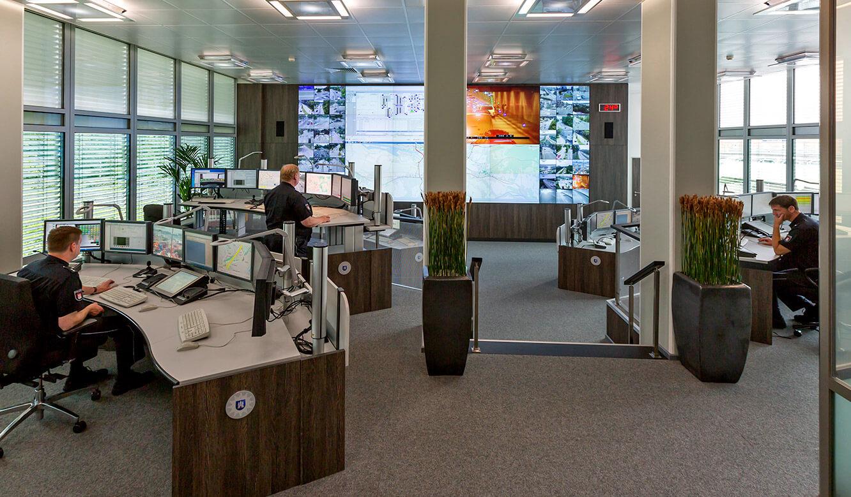 JST - Polizei Hamburg: Verkehrsleitzentrale. Gute Sicht von den hinteren Arbeitsplätzen