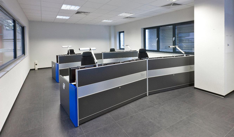 JST-SGL Carbon Group: Leitstand. Operator-Tische. Sauber installierte Technik ohne sichtbare Kabel