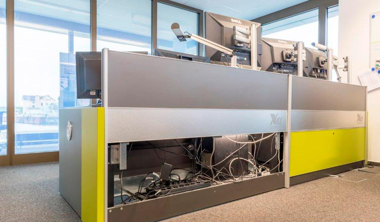 JST - WindMW Bremerhaven: Leitstand. Stratos Operator-Desk. Revisionsklappe geöffnet