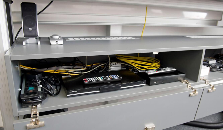 JST - DHBW Mannheim: Leitwarte. Spezielle Media-Cases für Technik-Zubehör