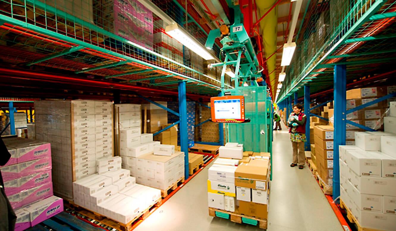 JST-dm Drogeriemarkt: Ware-Verteilzentrum. Ware wird verteilt