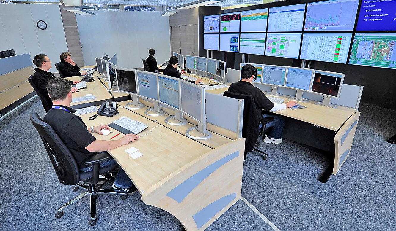 JST - Flughafen München IT-Leitstand: Ergonomische Möbel von JST