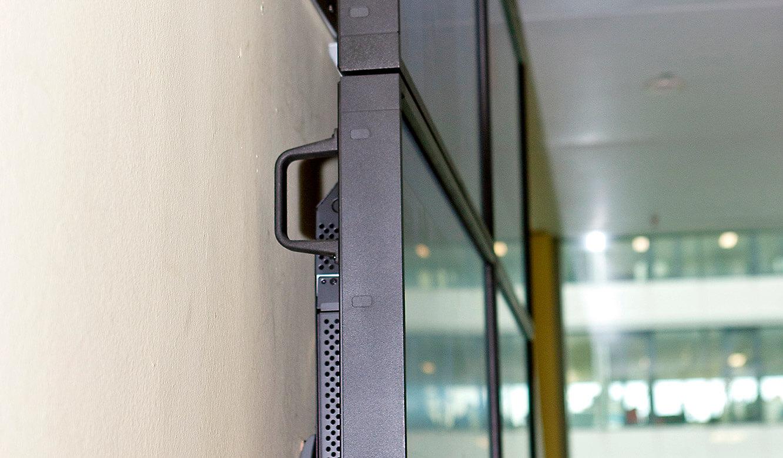 JST Referenzen - The Squaire Frankfurt: Notfall- und Service-Leitwarte - Großbildwand seitlich