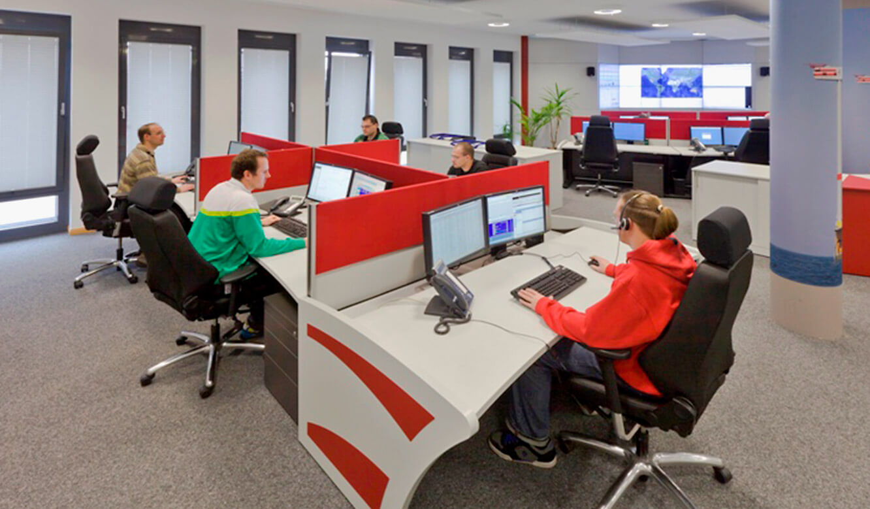 JST-Senvion: Leitzentrale. Mitarbeiter überwachen Prozesse