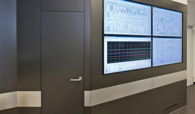 JST-SGL Carbon Group: Leitstand. Tür zum Revisionsraum in der Großbildwandverkleidung