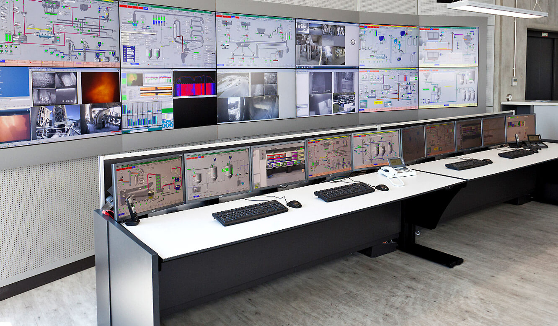 JST-Spenner Zement: Leitstand. Spezielle Operator-Schreibtische vor der Großbildwand