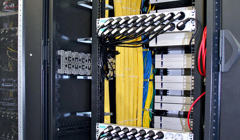 JST - Straßenverkehrsamt Frankfurt am Main: die KVM-Switches und KVM-Transmitter im Technikraum