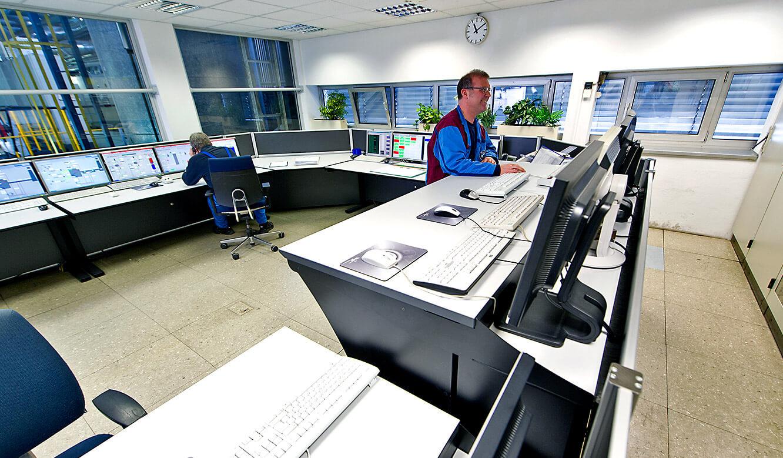 JST - BMW Werk Dingolfing: zentrale Energiewarte. Operator-Tisch, höhenverstellbar