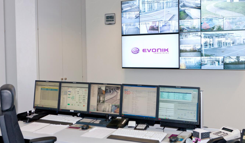 JST - Evonik Essen: Sicherheitszentrale. Display-Wall und Operator-Plätze