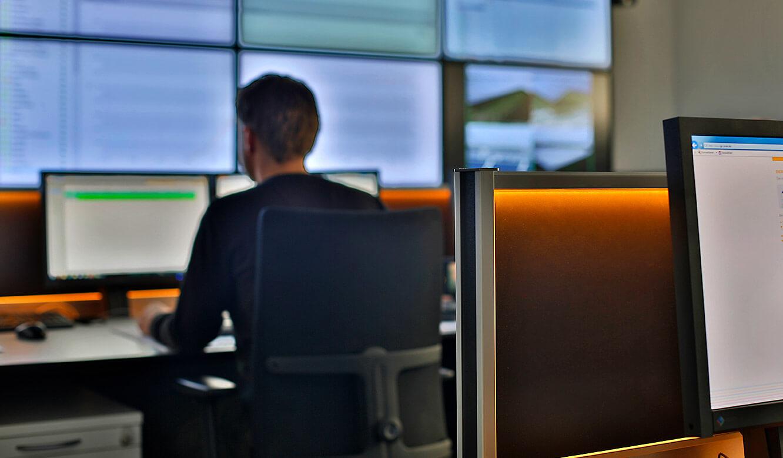 JST-GP-Joule: Leitwarte. Operatortisch. AmbientLight ändert die Arbeitsatmosphäre