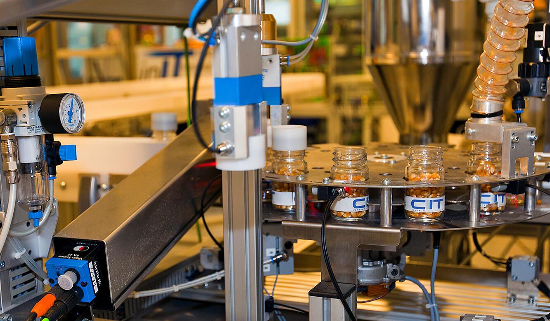 JST - OWL Hochschule: Dosiertes Schüttgut in die Flaschen abgefüllt