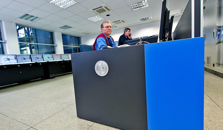 JST - BMW Werk Dingolfing: zentrale Energiewarte. Hochwertig verarbeitete Leitstand-Möbel
